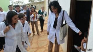 Médicos estrangeiros em unidade de saúde do índio (foto: AFP)