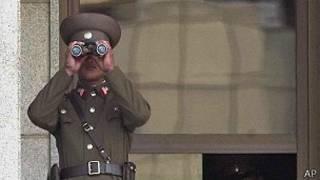Un soldado de Corea del Norte vigila la frontera.
