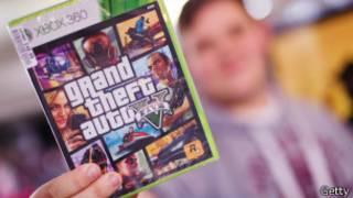 Comprador muestra el juego de Grand Theft Auto V