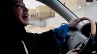 Mujer saudita conduce en 2011 en protesta por la prohibición no oficial de que las mujeres conduzcan en el país
