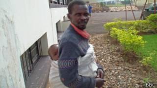 Umugabo uhetse umwana