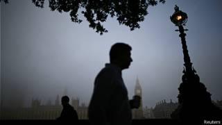 Un hombre camina cerca del Big Ben en Londres