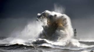 Onda gigante no litoral britânico, em Durham. Foto: PA