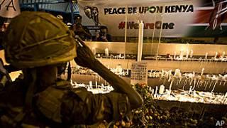 Soldado keniano rinde homenaje a víctimas del ataque