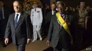Le président François Hollande et le président Ibrahim Boubacar Diallo à l'aéroport de Bamako
