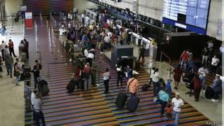 Passageiros no aeroporto de Caracas (Reuters)