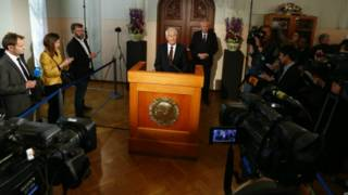 رئيس لجنة نوبل النرويجية، ثوربيورن ياجلاند، في وسط الصورة يعلن فوز منظمة حظر الأسلحة الكيماوية بجائزة نوبل للسلام.