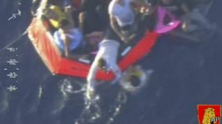 Náufragos em bote salva-vidas (foto: AP)