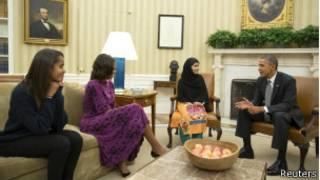Справа налево: Барак Обама, Малала Юсуфзай, Мишель и Малия Обама