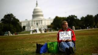 Persona frente al Capitolio, en Washington