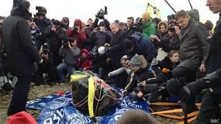 Parte do meteoro resgatado no lago Chebarkul | Foto: BBC