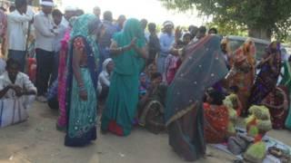 दतिया में भगदड़ के अगले दिन नाचती हुई महिलाएं