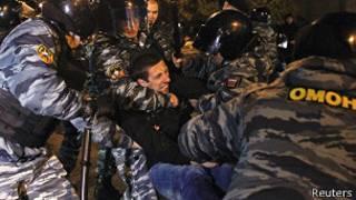ОМОН задерживает протестующего