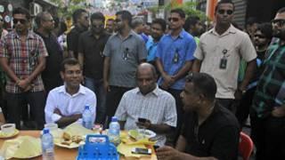 ஆதரவாளர்களுடன் முஹமட் நஷீட்