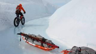Bicicleta tirando de trineos en Groenlandia