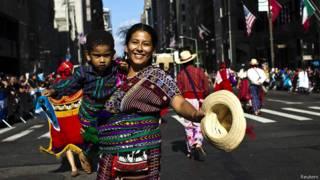 Mujer guatemalteca en la celebración del Día de la Hispanidad en Nueva York.