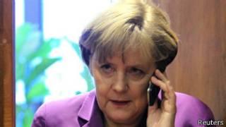Umukuru wa leta y'Ubudage, Angela Merkel kuri telefoni