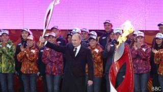 Presidente ruso con la llama olímpica