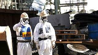 Operarios en la planta de Fukushima