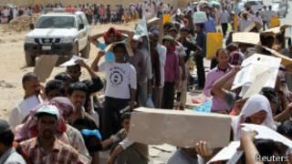 غیر قانونی طور پر کام کرنے والے افراد امیگریشن کی قطار میں