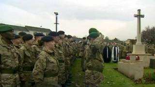 英國士兵在北約克郡一座軍營默哀