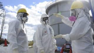Funcionários na usina de Fukushima