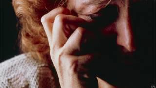 Mujer con dolor en la cara