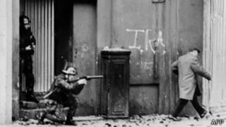 Soldado británico apuntando en una calle de Irlanda del Norte