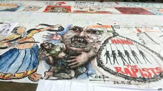 Graffitti en el piso, en protesta por la violación de una joven estudiante en Nueva Delhi