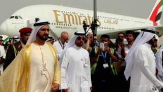 Правитель Дубая шейх Мухаммед бин-Рашид Аль-Мактум (слева) на церемонии открытии авиашоу в Дубае