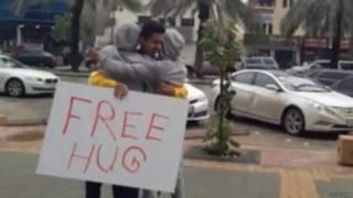 Jovem saudita oferece 'abraços grátis' em video publicado no YouTube (foto: YouTube)