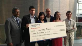 施颜萱(左三)与团队成员赢得1万英镑奖金