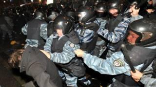 Cảnh sát Ukraine trấn áp người biểu tình