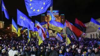 Manifestantes ucranianos pró-Ocidente (foto: Reuters)