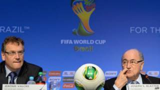 Valcke e Blatter na coletiva sobre o sorteio da Copa | Foto: AFP