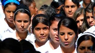 Estudiantes adolescentes en Cuba