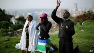 Rezos en Johannesburgo por la muerte de Nelson Mandela