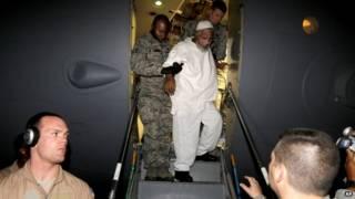 وصل المسجينين إلى مطار الخرطوم على متن طائرة أمريكية