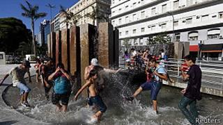 Jóvenes se mojan en una fuente en Buenos Aires