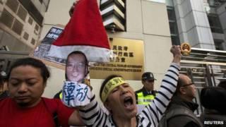 香港民主派团体示威者于中联办外手持刘晓波头像喊口号(25/12/2013)