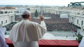 Papa Francis akipungia mkono waumini Vatikani
