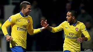 Lukas Podolski y Theo Walcott