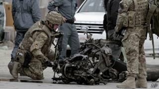 Soldado de EE.UU. examina escombros del atentado