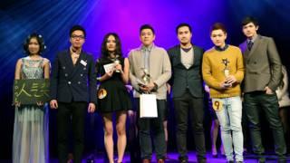 张天逸(中)与其他获奖选手在一起