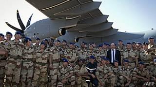 Jean-Yves Le Drian y soldados franceses