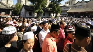 चीन की एक मसजिद में जमा लोग