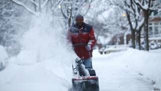 Morador tenta limpar neve no Michigan, EUA (Getty)