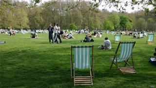 Cadeiras e frequentadores de parque em Londres (Arquivo/BBC)