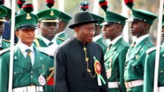 Le président Goodluck Jonathan a limogé les principaux chefs militares.
