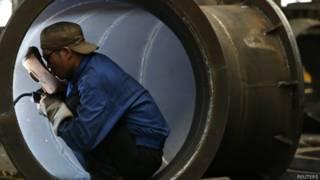 Trabalhador chinês em fábrica de turbinas. Foto: Reuters